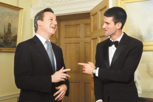 英国首相卡梅伦(左)与小德相谈甚欢