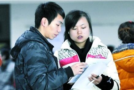 求职者关注招工信息 记者 徐元宾 摄