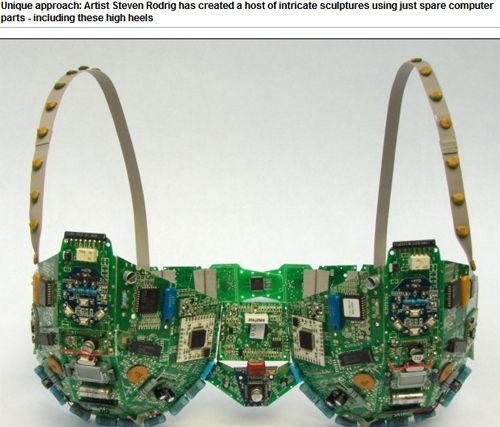 美艺术家用废弃电脑元件打造的胸罩模型