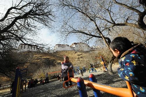 青藏高原 韩红_图文:雪域高原健身热 小朋友在玩跷跷板-搜狐体育