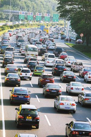 深圳机动车总量已突破210万辆。滚滚车流不仅带来交通与环境问题,还给市民健康造成了威胁。
