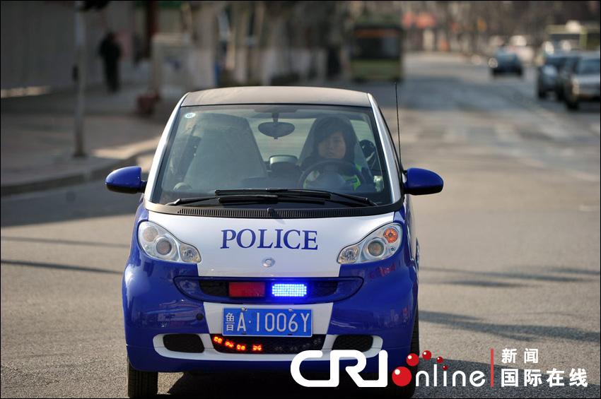 车身颜色与通常警车的颜色不一致,悬挂的还是民用车牌.