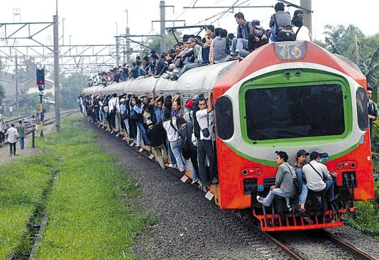 许多人为节约生活成本,不得不住在雅加达郊外,每天搭乘火车上班.
