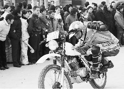 日前,河南省灵宝市大王镇举行了热热闹闹的农民运动会,当地农民利用农闲时间在运动场挥洒汗水,尽情享受运动乐趣。图为青年农民在运动会上进行摩托车特技比赛。