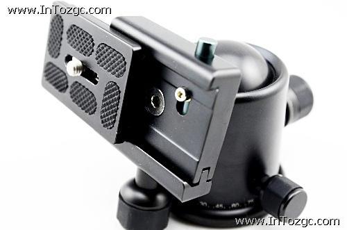 相机快装板非常的结实,同时上面的胶垫能有效的贴紧相机并起到保护作用,不会将设备划伤。安装的时候只要轻轻一推,拧紧就完成了固定。