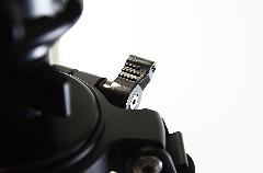 通过左边图上那个扳手,松动后再拉右图的红色装置,使用者可以将云台增长架换下,使用更加稳固的固定型云台托盘。