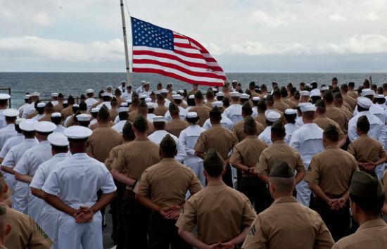 美军士兵在菲律宾海域举行升旗仪式。