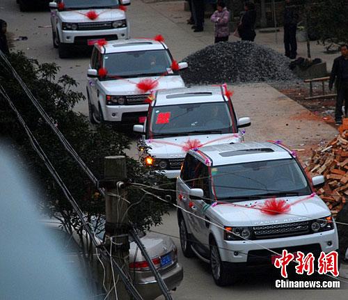 白色路虎婚车最牛囹�a_迎亲婚车动用了16辆包括路虎,悍马等在内的白色豪车.