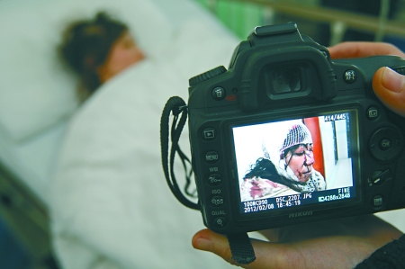 昨日,重庆渝北区人民医院,被玻璃砸伤的梅大姐躺在病床上。记者 刘嵩摄