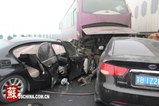 宁杭高速发生连环追尾事故 30余辆车相撞多人