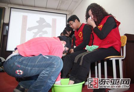 国学冬令营120个孩子给父母洗脚(图)