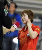 图文:陈梦力压石贺净女单封后 赛后接受采访