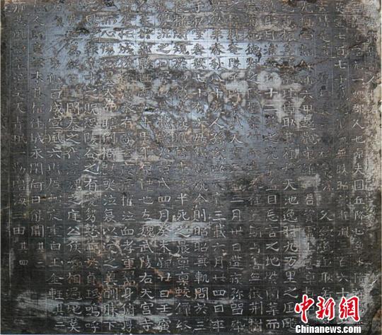 潘伟斌向记者介绍曹操墓最新佐证 门杰丹 摄