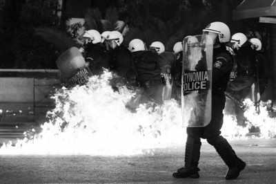 12日,希腊雅典,一个汽油弹在防暴警察附近爆炸。当天,数万名希腊民众在雅典市中心的宪法广场示威,反对政府实施紧缩措施。新华社/路透