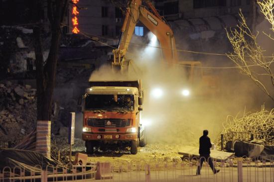 10日晚,市公安局原址拆扒�F����m��漫。 �者 �查� 王化威 �蟮�