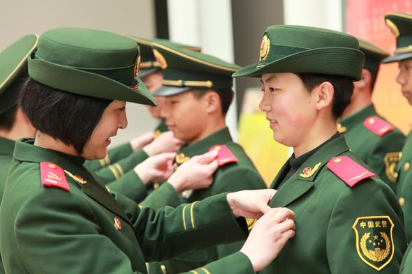 武警8720部队新兵授衔图片