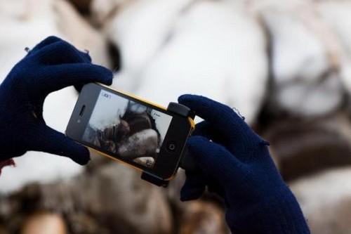 在寒冷的冬天,拍摄时经常需要带着收到操作iPhone 4S,有了iPhone影像魔力手柄提供的物理按键,一切都变的很简单。