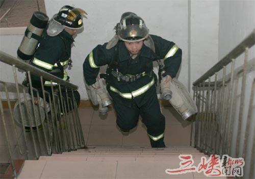 消防官兵正在进行负重爬楼梯训练。本报记者李传平 特约记者吴威松 摄