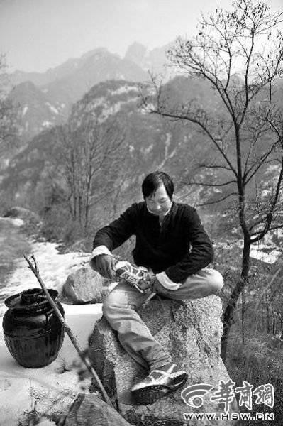 走路累了,张剑峰准备打坐休息一下 本组图片由本报记者陈团结摄