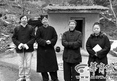 张剑峰(左一)和几位修行者合影留念