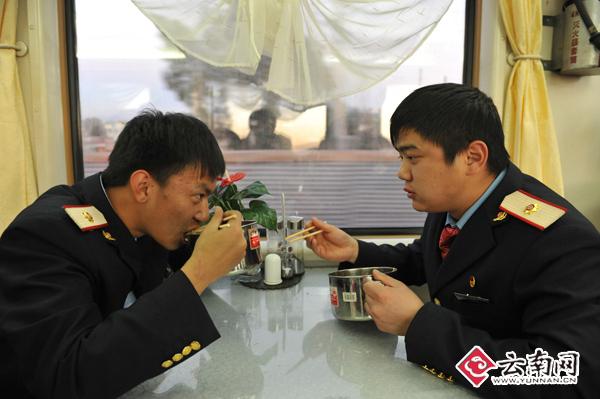军训时,对担任列车员参加首次铁路春运充满信心。