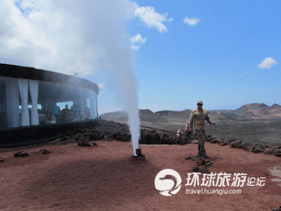 利用天然活火山产生的热量烧烤食物
