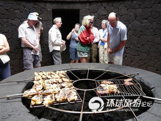 很多游客慕名而来,火山口餐厅人气那是相当地火爆。