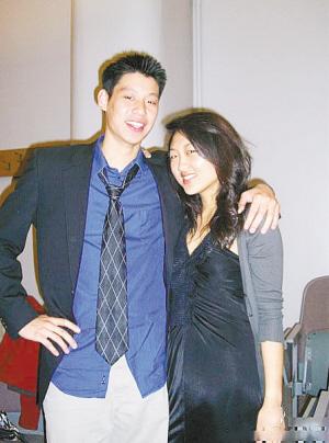 """这是林书豪与远志明牧师的女儿在哈佛的合影,被一些人认为是他的""""女友""""——中国影星吕丽萍的女儿。"""