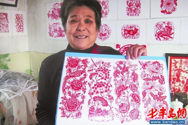 """今年66岁的高绪芬从6岁就开始剪窗花,""""饽饽花"""",至今已经有60个年头"""