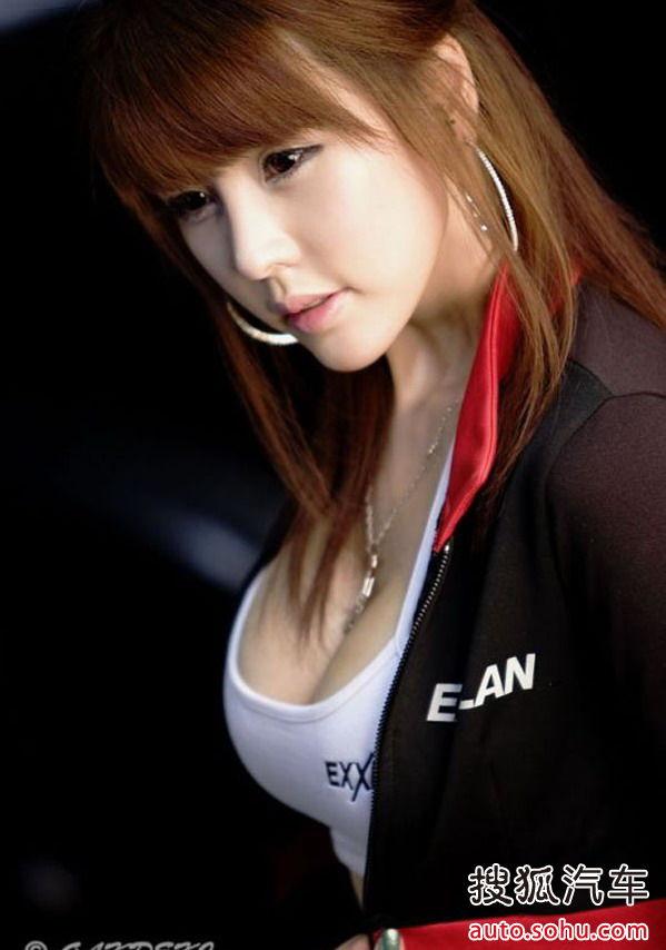 人间胸器\u0026quot; 韩国美女在展会上的内衣外秀
