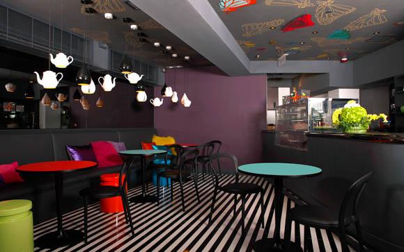 咖啡吧c'est la B 仅设30 座,设计精心反映出创办人郭志怡小姐时尚创新、别树一格的意念