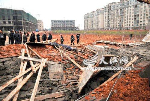 华东交大理工学院墙体倒塌 砸死一名工人图片