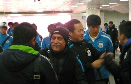 主教练走出机场