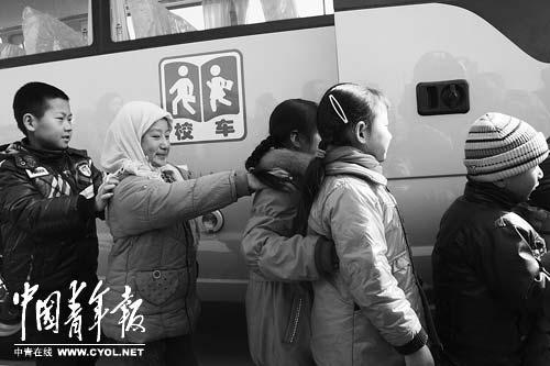 2月16日,宁夏回族自治区吴忠市南川乡菊花台村,小朋友排着队准备试乘新校车。本报记者陈剑摄