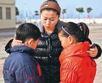 大队辅导员张老师搂着赵红和王浩悄悄耳语。