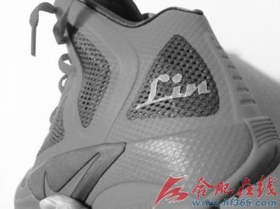 林书豪的球鞋赞助商已经决定推出一款他的个人签名款球鞋,以搭上这股图片
