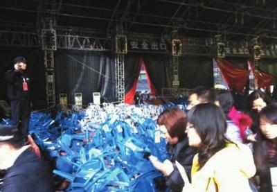 重庆奥体中心演唱会_王菲重庆演唱会现场座位垮塌(组图)-搜狐滚动