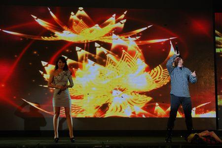 北京 广东/歌手刀郎跟云朵演唱《爱是你我》。
