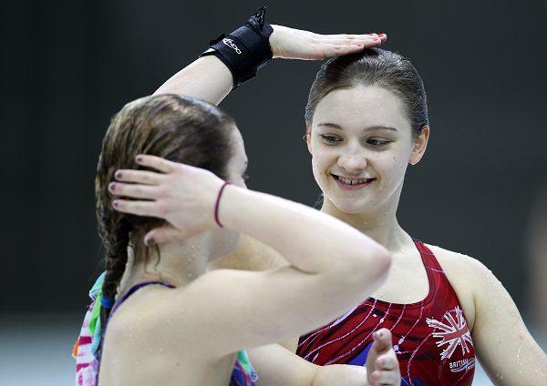 图文:英国队备战跳水世界杯 女选手可爱至极