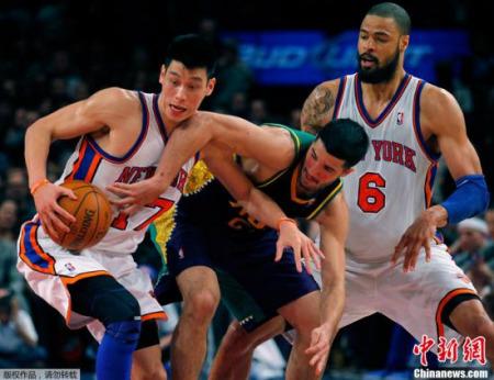2月18日,NBA常规赛中,纽约尼克斯在主场以85-89不敌黄蜂。林书豪拿下了26分5次助攻,出现9次失误。图为林书豪在比赛中。