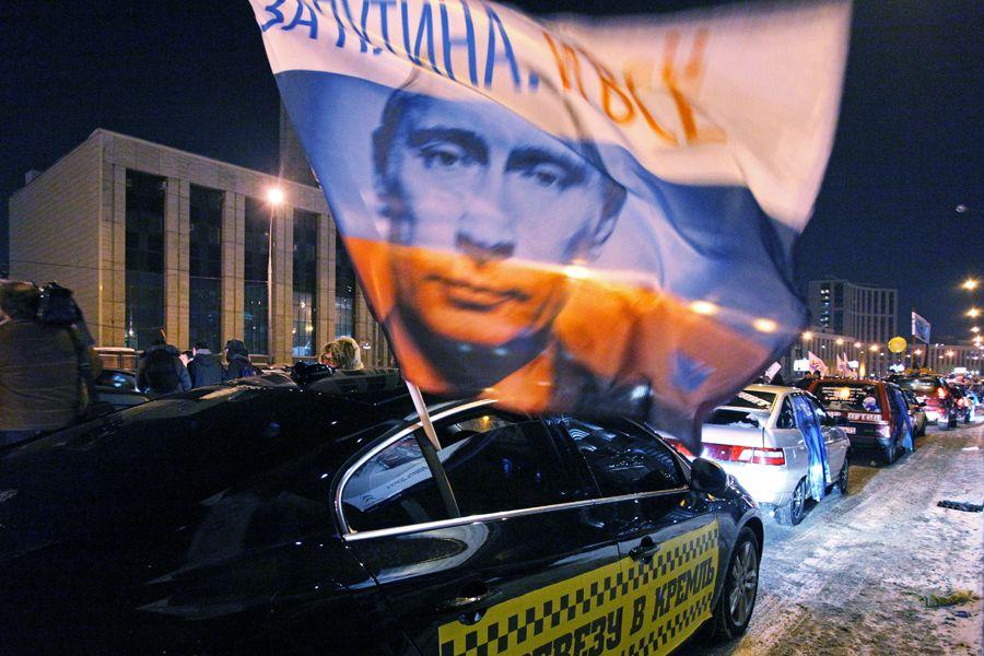 当地时间2月19日,莫斯科将近2000辆汽车参加了汽车游行,支持现任总理普京参选总统。