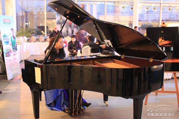 美女的钢琴伴奏