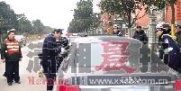 奥迪车驾驶员拒绝接受酒精检测,与交警僵持近三小时。图/记者李志宏