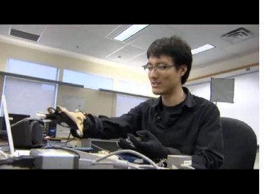 Johnty Wang示范戴上手套来发出声音。(加拿大《世界日报》)