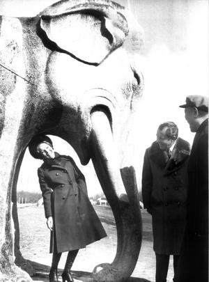 1972年2月24日,尼克松(中)与夫人参观了北京明 ...