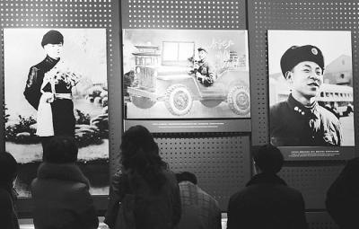 人们在雷锋纪念馆参观学习