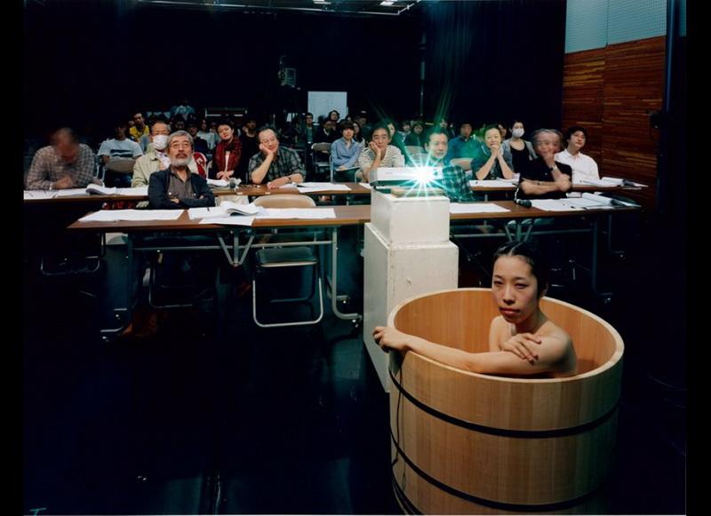 日本美女摄影师在公共场合浴盆大胆自拍组图