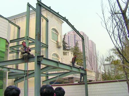 自家房屋旁建三层钢架结构房 属违法建筑遭拆除(图)