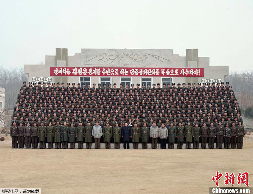 朝中社2月22日发布的照片显示,朝鲜人民军最高司令官、朝鲜党和人民的最高领导者金正恩视察了朝鲜人民军第842部队。