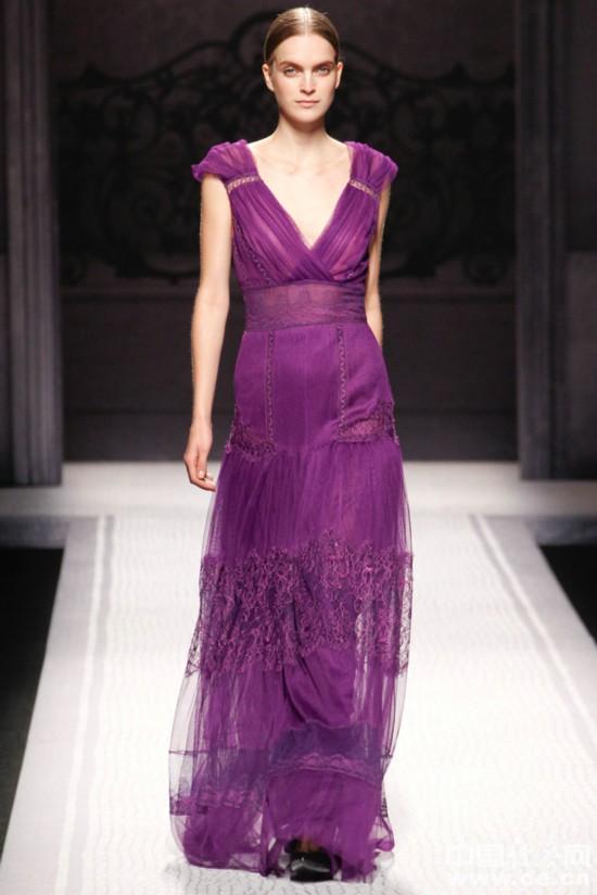 模特在t台上展示参加2012年米兰秋冬时装周的设计师作品.图片